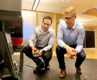 Fredrik Larsson (L) und Carl-Johan Fogelberg testen Hubtisch-Innovationen