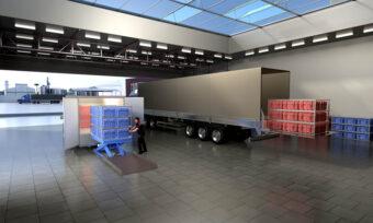 Bestellungen werden vom LKW in das Elektrofahrzeug geladen