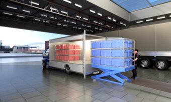 Der Hubtisch positioniert die Ware präzise für eine sichere und ergonomische Übergabe an das Elektrofahrzeug in der richtigen Lieferreihenfolge