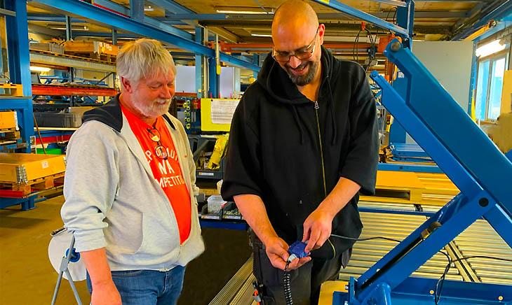 Flemming (L) und Alexander diskutieren die verbesserte Kabelführung